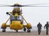 英國皇家空軍全副武裝開直升機買雪糕