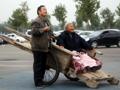 男子板車推86歲老母親逛遊樂場感動遊人