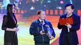 """新華社副社長慎海雄為""""中國網事·感動2014""""年度人物熊桂林頒獎"""