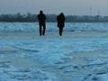 山東 踏冰玩得歡 落水摔得慘
