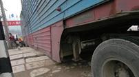 """貨車搶行被卡鐵軌 車被撞""""解體""""司機沒事"""