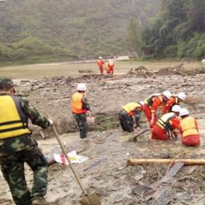 [时政晚报]贵州万山发生山体滑坡