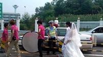 高速公路拍婚紗照被交警制止