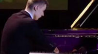勵志! 少年先天無雙手 彈得一手好鋼琴