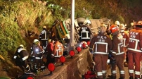 臺灣:一遊覽車翻車 致32人死12人傷