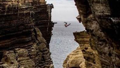 看著都腿軟 藝高人膽大60米高峽谷間走繩索