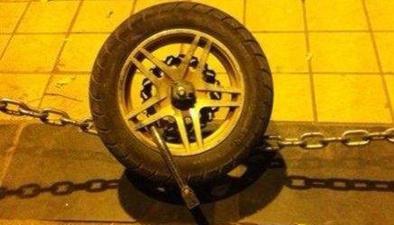 這個家夥惡心人!偷走摩托車留車輪