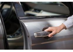 偷盜視頻引熱議 鎖車您可別大意