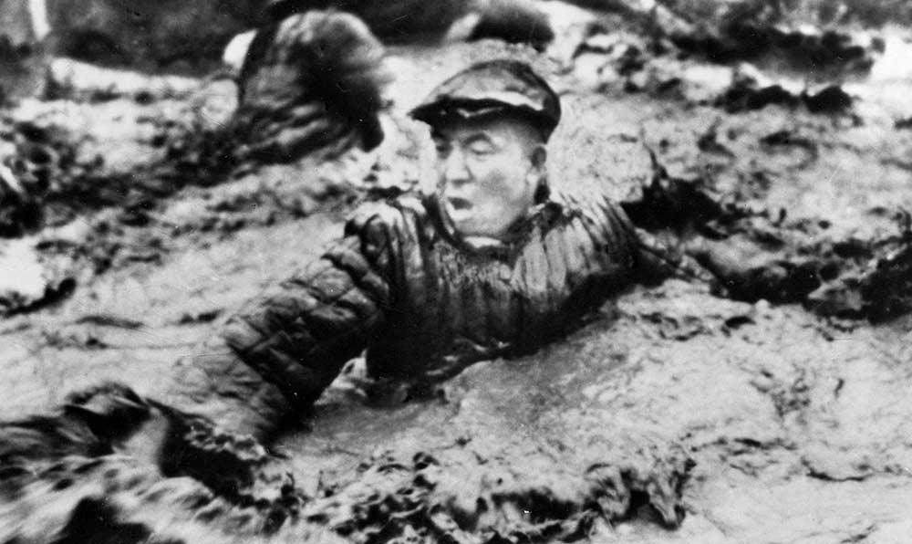 中共中央委員、大慶工人階級的優秀代表王進喜,在會戰初期,冒著嚴寒跳進泥漿池,用身體攪拌泥漿,制服了井噴,保住了鑽井。