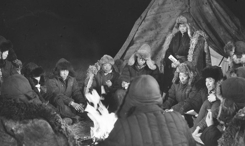 六十年代初期,參加大慶油田會戰的工人在篝火旁邊學習毛主席《實踐論》、《矛盾論》等著作。
