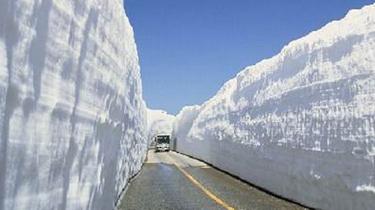 """遠足!日本青森縣""""雪墻走廊""""開通 積雪高達8米"""