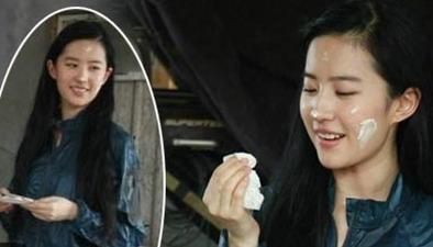 劉亦菲素顏吃蛋糕 一臉奶油超可愛