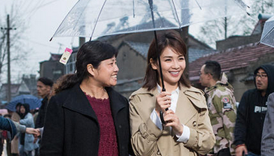 劉濤主動為粉絲撐傘 細節動作暖人心