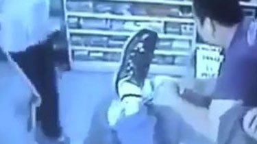 意大利米蘭:華人超市被搶 店主痛打劫匪