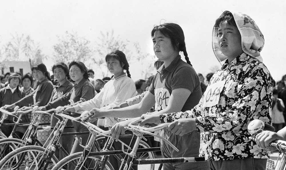 江蘇省海安縣北淩公社女社員的自行車賽即將開始。