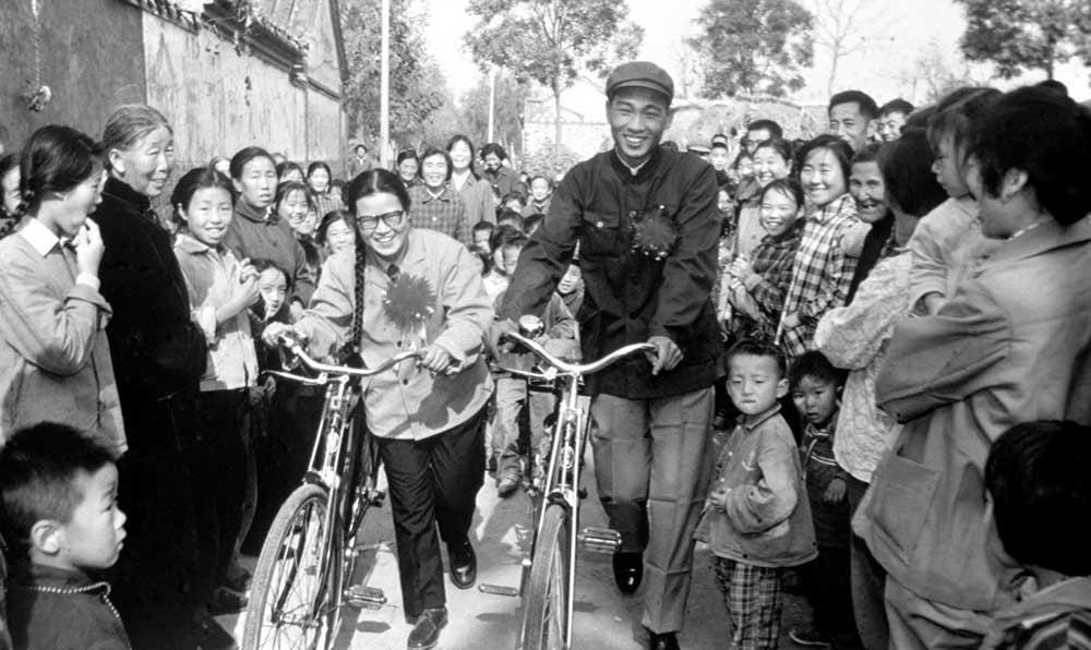 新郎于尚民到縣城接新娘,雙雙騎自行車回村,受到社員的熱烈歡迎。