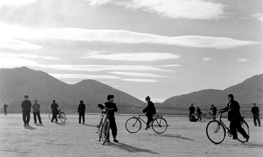 河北省遵化縣建明公社西鋪大隊的社員們,假日在空場上練習騎車。