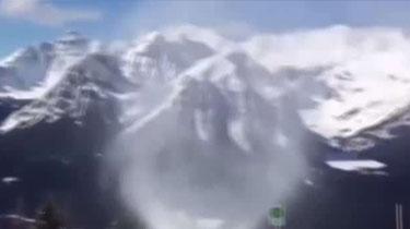 """加拿大:雪山罕見""""雪龍卷"""" 狀似輕煙來去如風"""