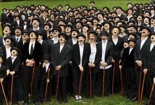 """查理·卓別林的128歲誕辰——瑞士:662名""""卓別林""""大聚會 致敬喜劇大師"""