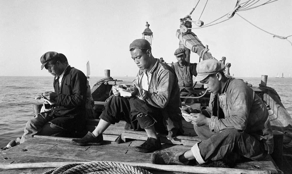 天津塘沽漁民開展大規模生産競賽,進一步發揮了勞動積極性。出海途中,漁民們利用閒暇時間閱讀書報。
