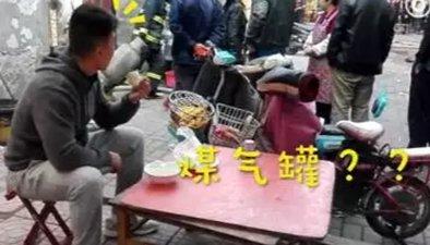 """""""淡定哥"""" 餐館起火濃煙滾滾 他在旁悠閒吃飯"""
