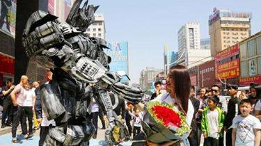 鄭州:小夥扮變形金剛 向女友成功求婚