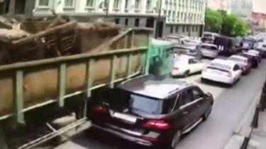慘重!俄街頭大貨車失控 致19車連環相撞