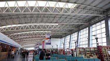 西安:粗心旅客十萬元落機艙 機場物歸原主