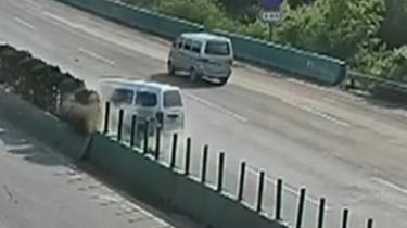 雲南:面包車高速路側翻 後車緊急避讓