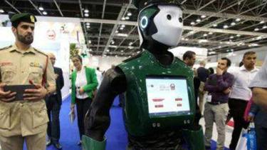 """走紅!迪拜機器人警察受追捧 和遊客""""談笑風生"""""""