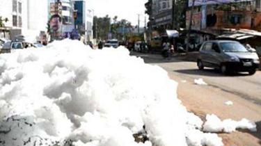 污染!印度班加羅爾街頭現大量有毒泡沫 阻礙交通