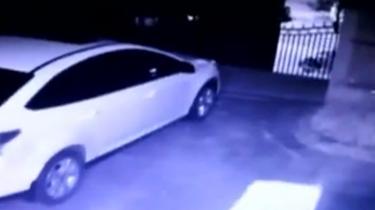 江蘇:轎車滑行10米 撞破大門撞上車
