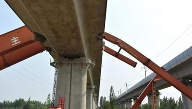 山東濟南:中鐵十局一施工現場龍門吊倒塌致6人死亡