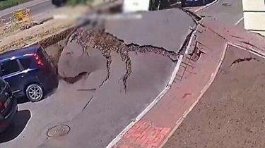 可怕!烏克蘭首都地下水管爆裂 地面瞬間被炸開