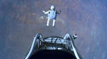 極限運動員懸崖跳傘 鼓勵悲觀者積極生活