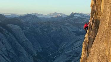 挑戰極限 捷克攀岩運動員徒手攀爬陡峭岩壁