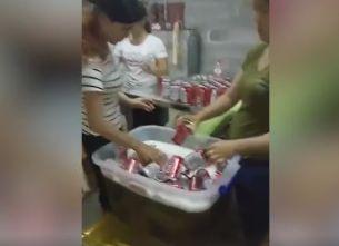 """舌尖上的安全:""""工人回收啤酒罐徒手灌酒""""視頻熱傳"""