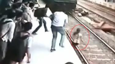 印度女孩被火車撞倒碾過 奇跡生還