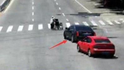 """""""最美讓路哥"""":主動擋車護老人過馬路"""