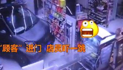 江蘇鎮江:雨天車主出奇招 開車進店買零食