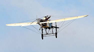 法國飛行員駕駛飛行汽車飛越英吉利海峽