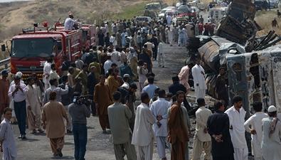 巴基斯坦:爆炸前視頻曝光 民眾爭相收油料