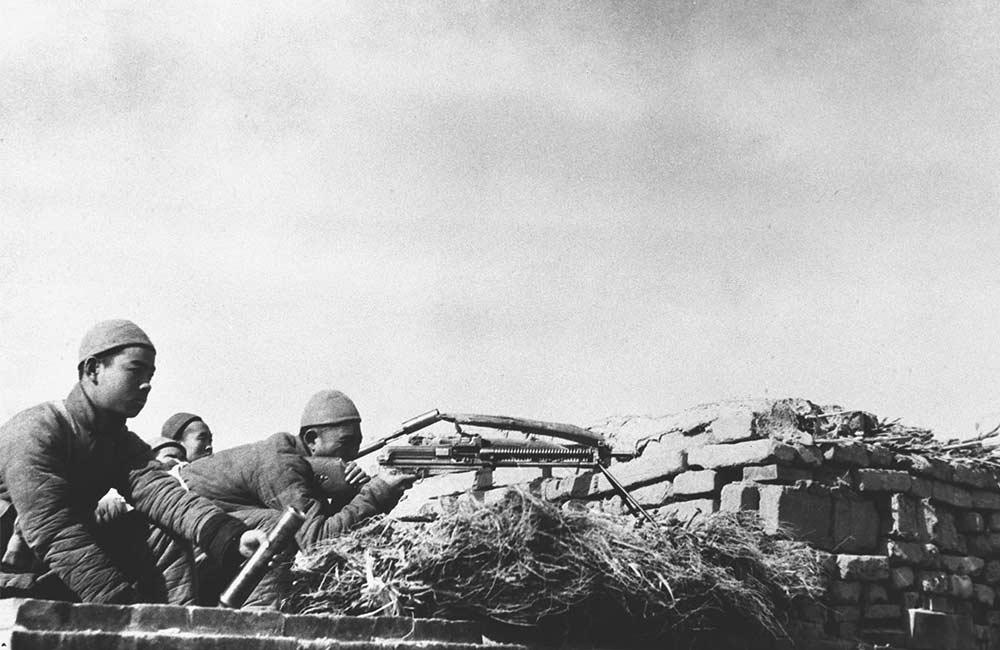 八路軍在地道戰中,尋找有利時機,又從地下轉到房上,向日寇展開攻勢。