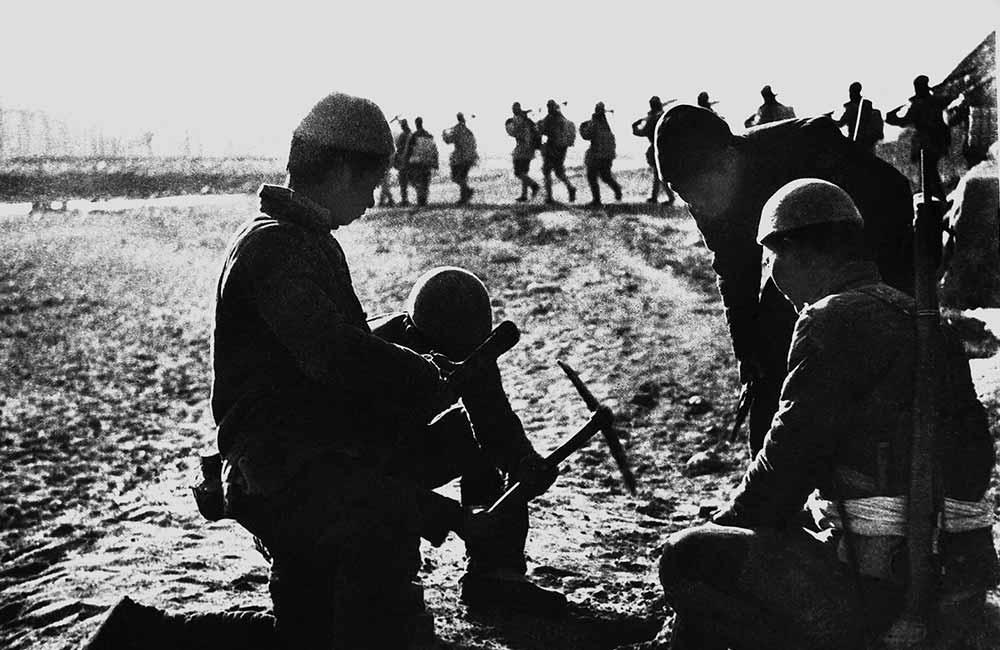 河北平山縣民兵埋設地雷配合主力作戰。