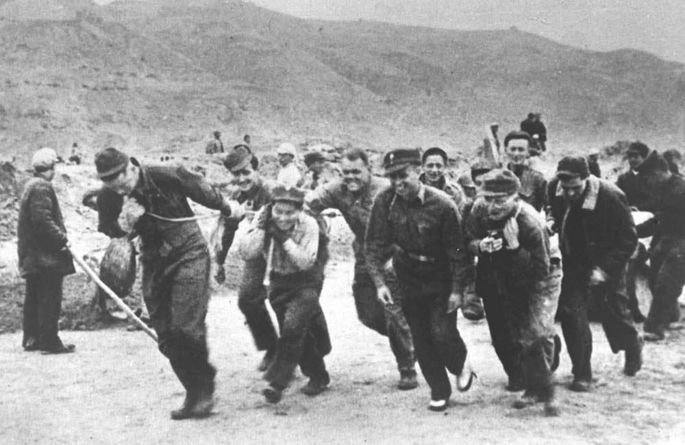 抗日戰爭時期,美軍觀察組成員在延安機場參加義務勞動。