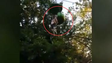 施救!美國女孩8米高纜車上滑落 眾人伸手接住