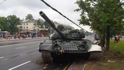 新聞現場:意外!閱兵式彩排 坦克失控撞燈桿