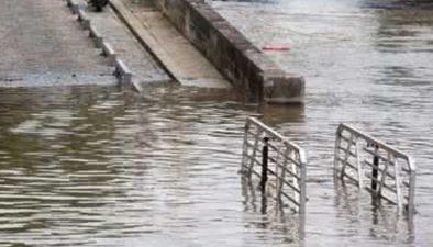浙江江山:多地暴雨成災洪水衝損鐵路橋 爆破排水