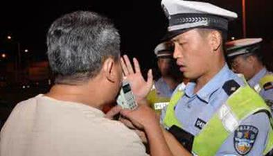 民警夜查酒駕 無照司機被拘