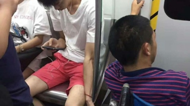 成都:小夥地鐵車廂助人 用身體固定輪椅